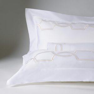 parure lenzuola bianco con ricamo dettaglio royal